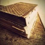 Cartea, bibelou de porțelan