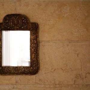 Cine suntem când trăim în oglindă?