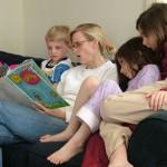 7 motive pentru a le citi cu voce tare copiilor și adolescenților